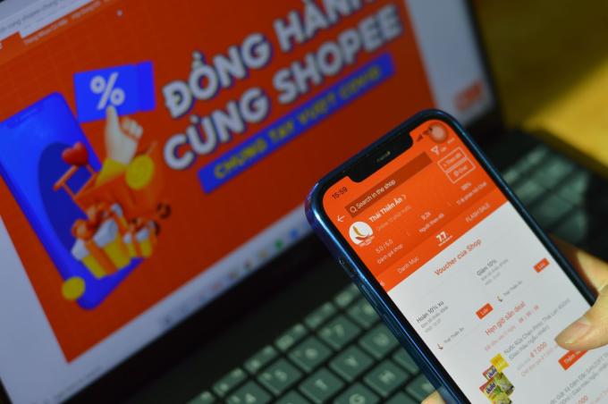 Anh Mai Viết Quang, chủ gian hàng Thái Thiên Ân trên Shopee cho biết nhờ các ưu đãi và chính sách hỗ trợ của sàn mà cửa hàng tiêu dùng của anh vẫn tăng doanh thu 10-20% mỗi tháng. Ảnh: Shopee.