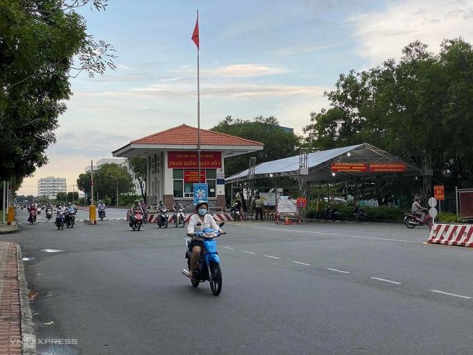 Đường ra vào khu chế xuất Tân Thuận vắng bóng công nhân giờ tan tầm. Ảnh: Tấn Đạt.