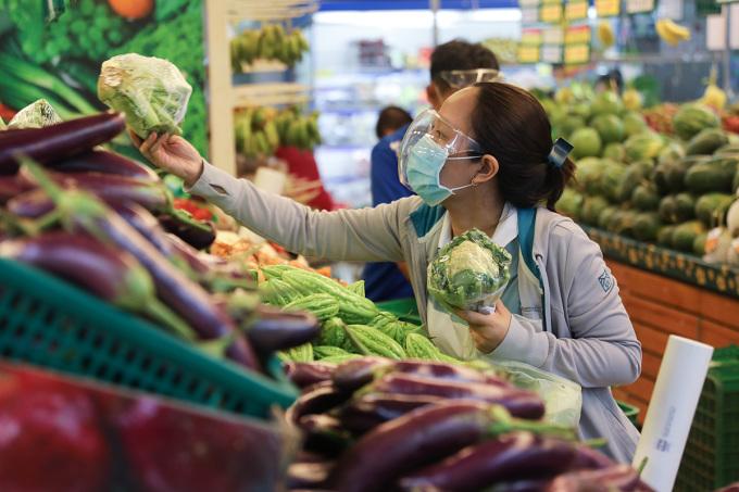 Người dân mua hàng tại siêu thị ở TP HCM. Ảnh: Quỳnh Trần.