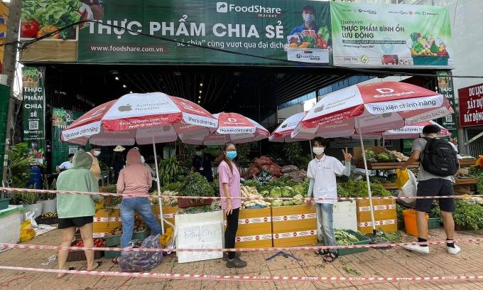 Siêu thị dã chiến Foodshare Market đầu tiên ở Bình Thạnh, TP HCM. Ảnh: Đạt Nguyễn.