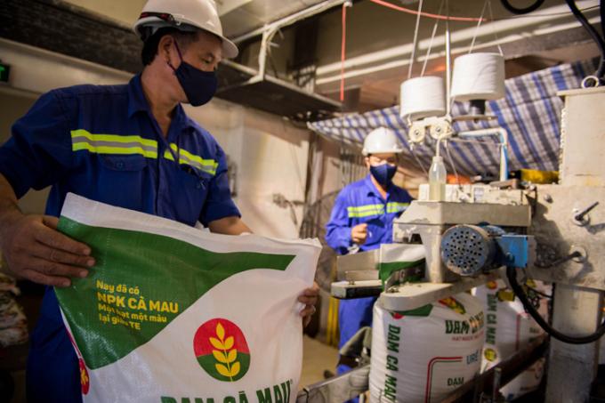 Công nhân trong khâu đóng gói sản phẩm Đạm Cà Mau. Ảnh: DCM.