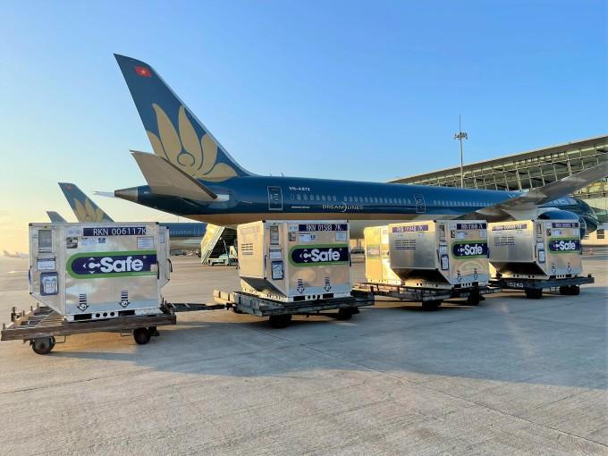 Gần 1 triệu liều vắc xin Covid-19 đã hỏa tốc từ Hà Nội đến Tp Hồ Chí Minh. Vắc xin được Vietnam Airlines vận chuyển miễn toàn bộ cước phí