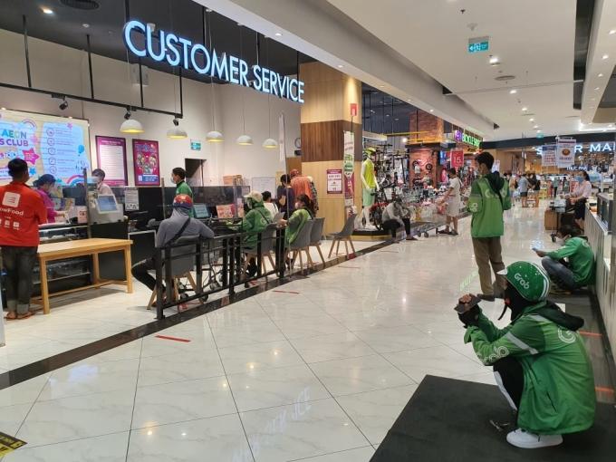 Tài xế chờ lấy đơn hàng trong siêu thị Aeon Mall Hà Đông sáng 24/7. Ảnh: Đức Minh