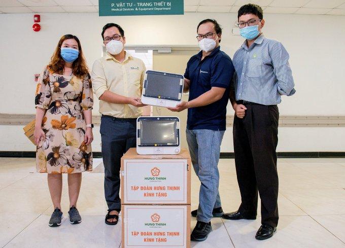 Các bác sĩ tại Bệnh viện Nhi đồng Thành phố trong buổi tiếp nhận máy monitor 5 thông số. Ảnh: Tập đoàn Hưng Thịnh.