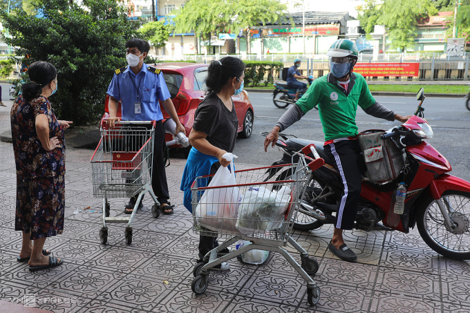 Một shipper nhận giao hàng trên đường Trường Sa (TP HCM). Ảnh: Quỳnh Trần.