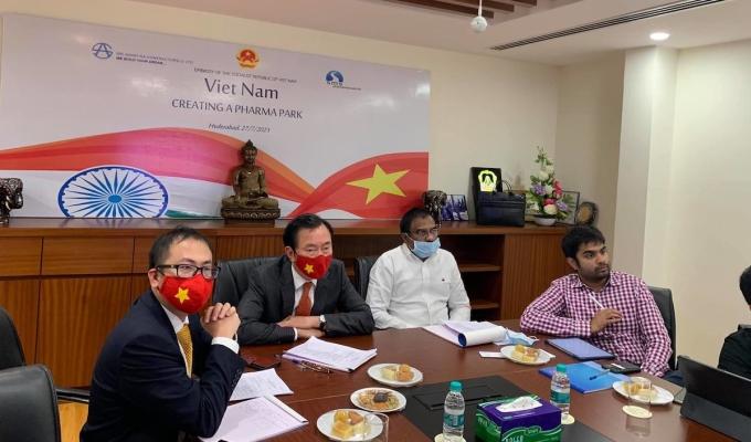 Ông Phạm Sanh Châu - Đại sứ Việt Nam tại Ấn Độ (người thứ 2, từ trái sang) cùng các doanh nghiệp Ấn Độ tại buổi xúc tiến thương mại, đầu tư vào ngành dược phẩm ở Việt Nam, ngày 26-28/7.  Ảnh: Thương vụ Việt Nam tại Ấn Độ.
