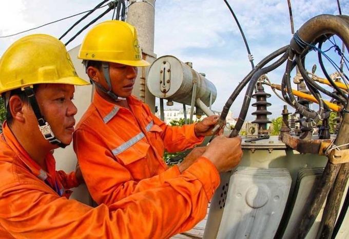 Công nhân EVN Hà Nội kiểm tra tại trạm biến áp trên địa bàn thành phố. Ảnh: Thế Hiệp