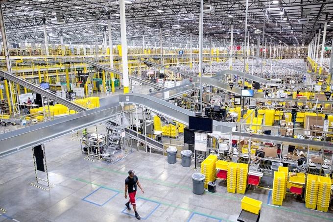 Một trung tâm đóng gói của Amazon. Ảnh: wired.com.