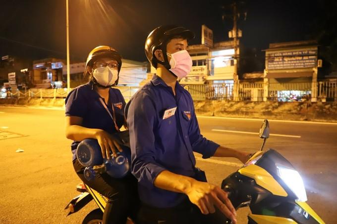 Tình nguyện viên đi giao bình oxy cho F0. Ảnh: Nhân vật cung cấp.