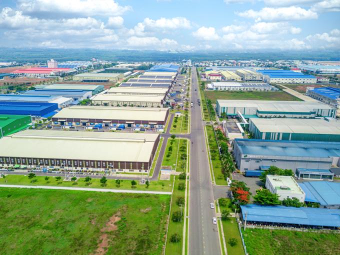 Các khu công nghiệp trên địa bàn thị xã Tân Uyên hiện hoạt động sôi động, thu hút đông đảo kỹ sư và người lao động đến làm việc, sinh sống.