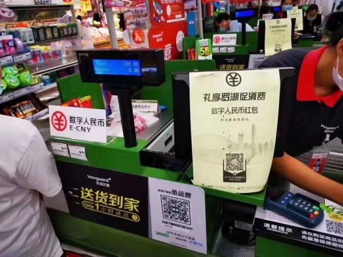 Quầy thanh toán của một siêu thị tại Thâm Quyến chấp nhận nhân dân tệ điện tử vào ngày 12/10/2020. Ảnh: Xinhua.