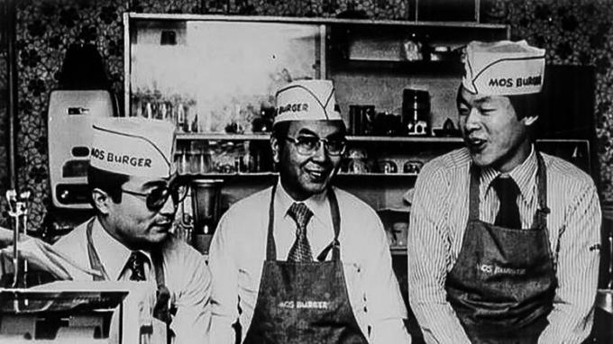 Nhà sáng lập của MosBurger Nhật Satoshi Sakurada (ở giữa) tại một nhà hàng Mos Burger năm 1972.