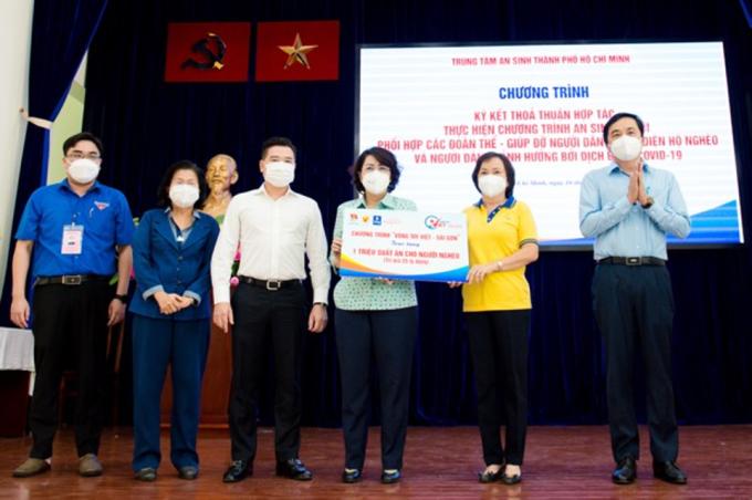 Ông Nguyễn Đình Trung - Chủ tịch Tập đoàn Hưng Thịnh (thứ ba từ trái qua) cùng đại diện ban tổ chức chương trình Vòng tay Việt - Sài Gòn chung tay trao tặng một triệu suất ăn cho người nghèo tại TP HCM. Ảnh: Tập đoàn Hưng Thịnh