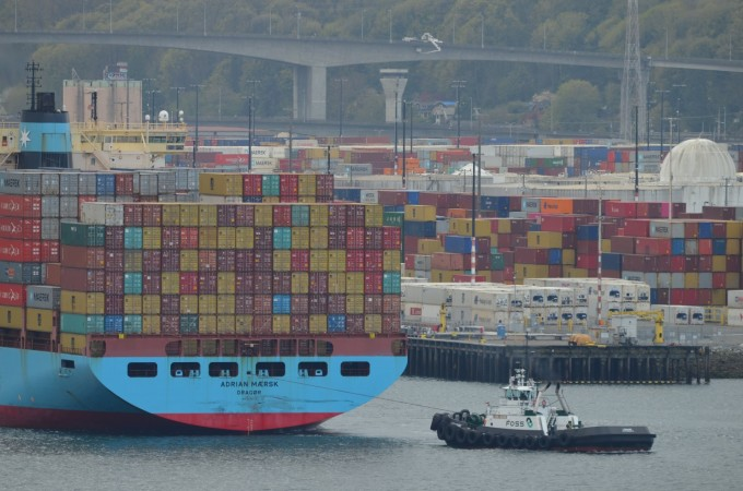 Một chiếc tàu kéo kéo một tàu chở hàng rời khỏi cảng ở Seattle. Ảnh: Los Angeles Times