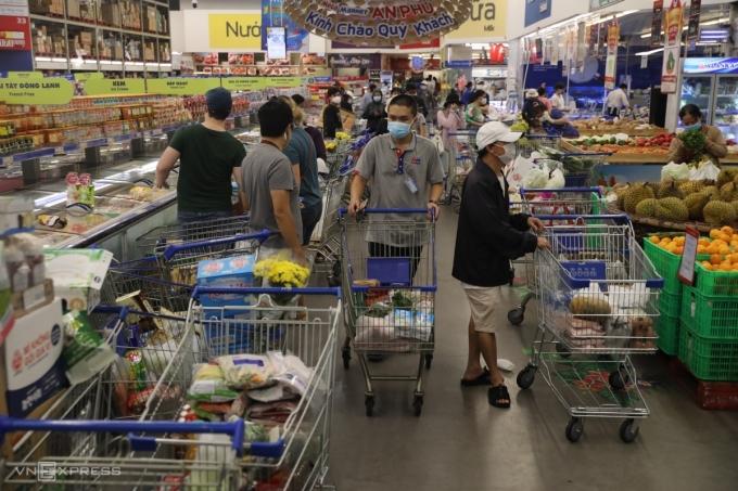 Người dân xếp hàng mua đồ ở siêu thị Mega (TP Thủ Đức) chiều 20/8/2021. Ảnh: Quỳnh Trần