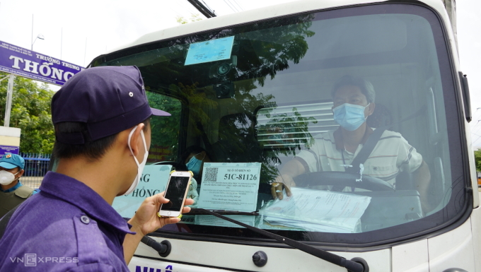 Lực lượng chức năng kiểm tra mã QRcode của xe vào Long An, ngày 23/8. Ảnh: Hoàng Nam