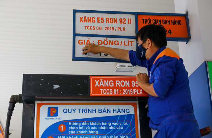 xăng tại góc đường Hai Bà Trưng - Trần Cao Vân (quận 1, TP HCM). Ảnh: Quỳnh Trần