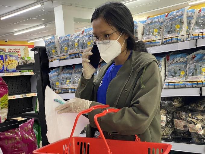 Chị Khuyên đang gọi điện trao đổi với người dân khi sản phẩm theo yêu cầu đã hết hàng. Ảnh: Tất Đạt