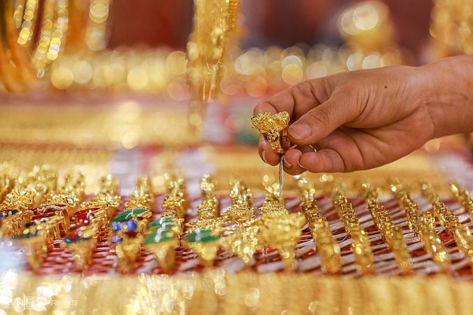 Người dân mua vàng tại một cửa hàng ở quận Bình Thạnh (TP HCM). Ảnh:Quỳnh Trần