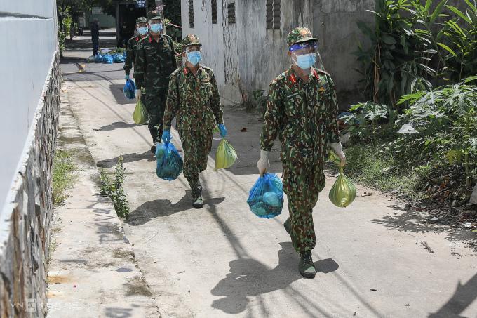 Bộ đội tiếp tế thực phẩm tại phường Trường Thọ, TP Thủ Đức, ngay 24/8/2021. Ảnh: Quỳnh Trần