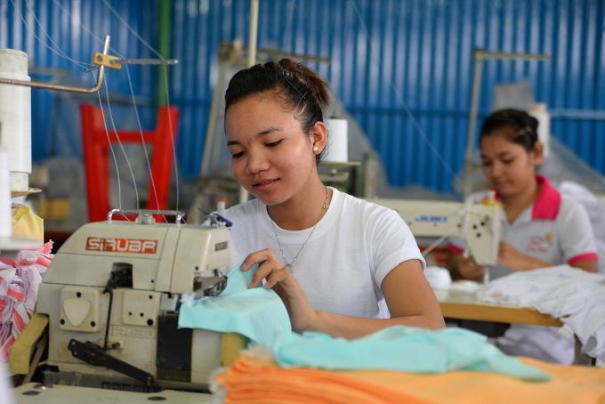 Công nhân may tại công ty Minh Long Hưng, quận 9, TP.HCM. Ảnh: Hữu Khoa
