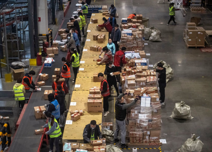 Các công nhân làm việc trong kho hàng của JD.com (Trung Quốc) tháng 11/2020. Ảnh: CNBC.