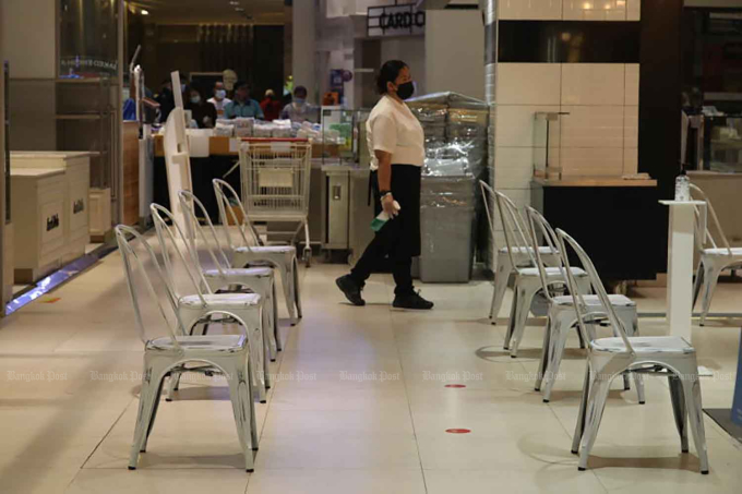 Ghế cho khách hàng ngồi chờ mua đồ ăn mang đi bên trong một trung tâm thương mại ở Bangkok. Ảnh: Bangkok Post