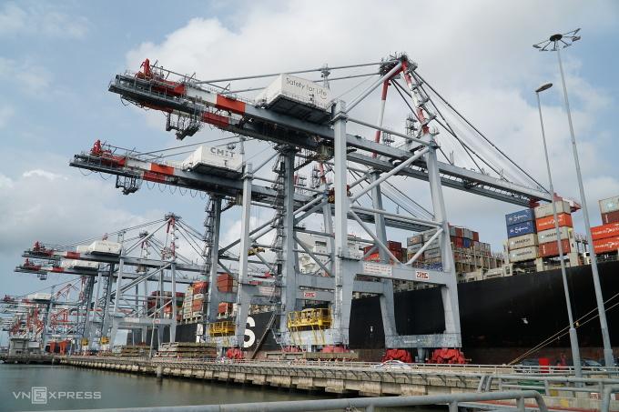 Bốc dỡ hàng container ở cụm cảng Cái Mép -Thị Vải ngày 20/3. Ảnh: Đăng Khoa