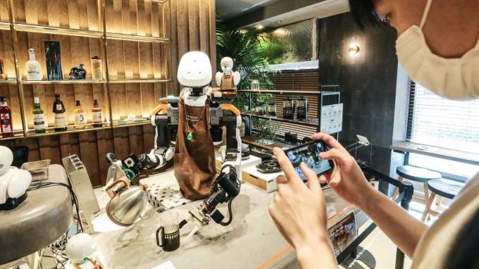 Miao Wen Xin chụp lại cảnh robot đang pha chế cà phê tại quán. Ảnh: Nikkei
