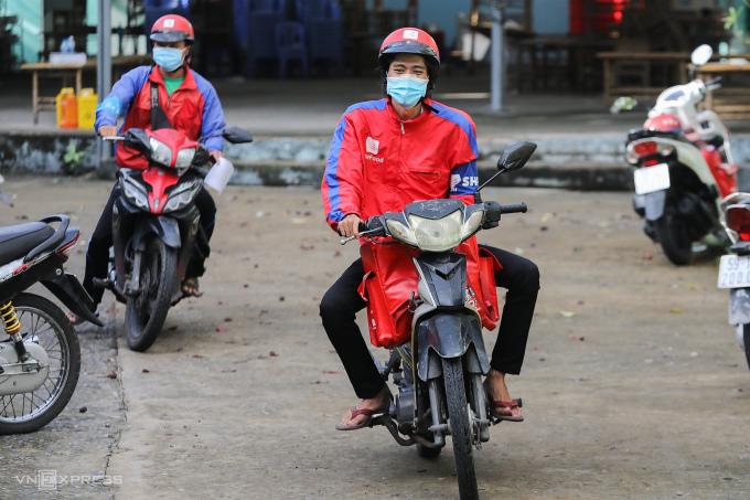 Shipper chờ lấy mẫu xét nghiệm Covid-19 tại quận Gò Vấp, ngày 31/8. Ảnh: Quỳnh Trần