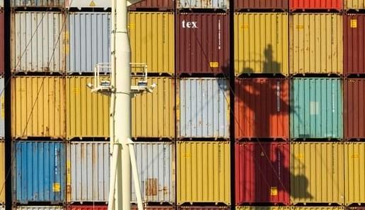 Các container xếp chồng lên nhau trên một con tàu chở hàng. Ảnh: Bloomberg
