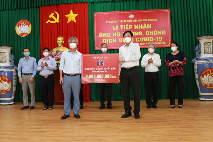 Ông Hoàng Văn Tăng – Tổng Giám Đốc Tập đoàn DIC (Bên phải) trao tặng Sở Y tế tỉnh Đồng Nai 3 tỷ đồng.