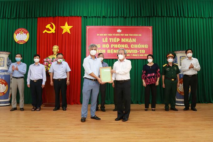 Chủ tịch Ủy ban MTTQ Việt Nam tỉnh Đồng Nai – ông Cao Văn Quang trao thư cảm ơn Tập đoàn DIC.
