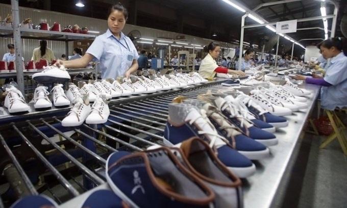 Bên trong một nhà máy sản xuất da giày ở Hà Nội. Ảnh: Reuters