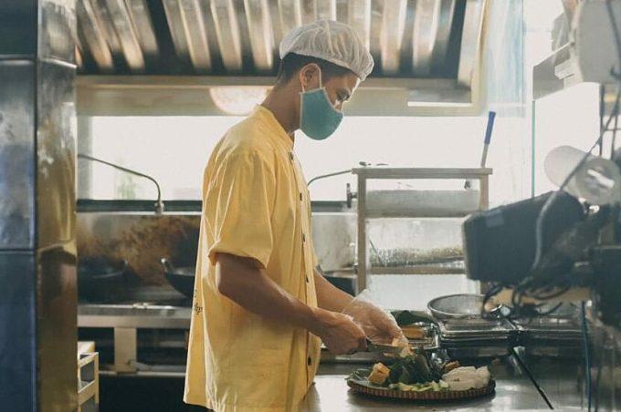 Nhân viên Đậu Homemade chuẩn bị món ăn hồi đầu năm 2021. Ảnh: Công ty cung cấp