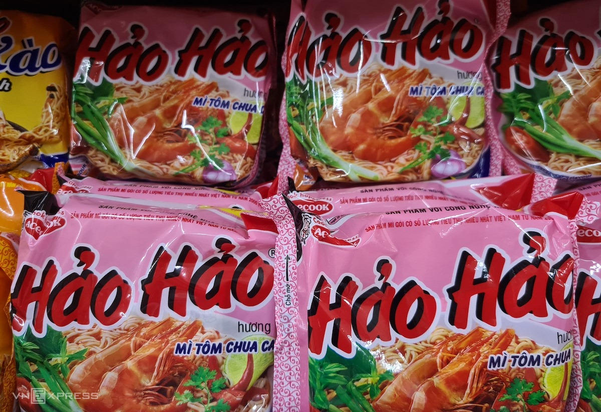 Mỳ Hảo Hảo tôm chua cay của Acecook Việt Nam được bán tại hệ thống siêu thị ở Hà Nội. Ảnh: Hoài Thu