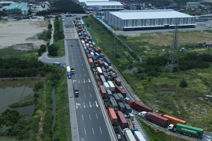 Cảnh xe chở container hàng ùn tắc ở cửa ngõ Hải Phòng hồi tháng 7, do phải chờ làm thủ tục khai báo y tế và test Covid-19. Ảnh: Giang Chinh
