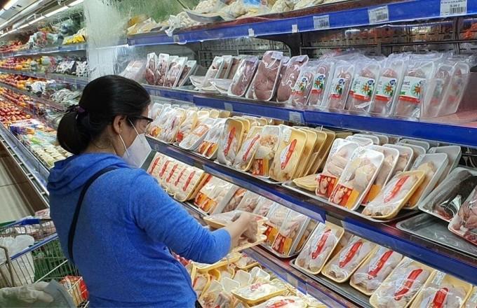 Khách vùng xanh đến siêu thị Co.opmart quận 7 mua hàng. Ảnh: Hồng Châu