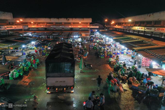 Chợ đầu mối Hóc Môn trước giờ đóng cửa ngày 27/6. Ảnh: Quỳnh Trần