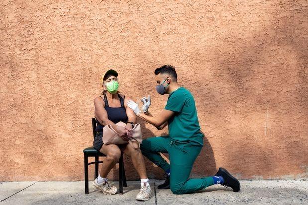 Một người phụ nữ tiêm vaccine Covid-19 tại Schwenksville, Pennsylvania, Mỹ vào tháng 8. Ảnh: Reuters