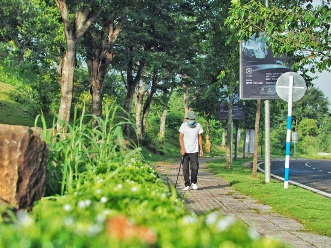 [Caption]Vỉa hè Thành phố Cà phê sử dụng gạch chạy rãnh an toàn cho người già, trẻ em, người khuyết tật
