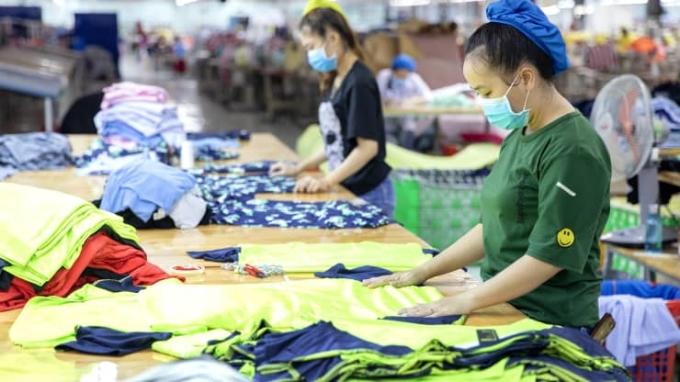 Công nhân gấp quần áo tại một xưởng sản xuất ở Bình Thuận. Ảnh: Bloomberg/Getty Images