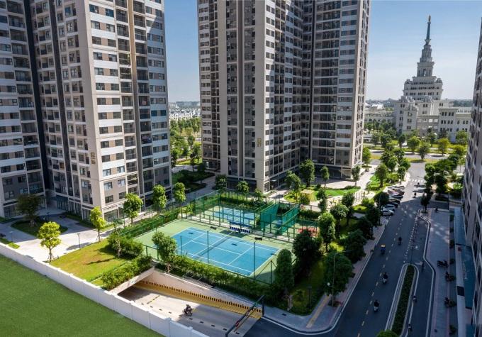 Dưới chân mỗi tòa căn hộ đều là các tổ hợp sân thể thao: tennis, bóng rổ, bóng chuyền hơi, cầu lông... giữa không xanh cây xanh mát mẻ, được chăm sóc gọn gàng, sạch sẽ.