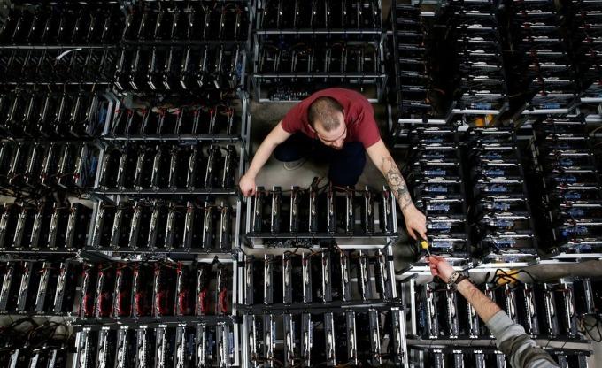Công nhân làm việc trong một xưởng đào Bitcoin của Bitminer Factory tại Florence, Italy, ngày 6/4/2018. Ảnh: Reuters