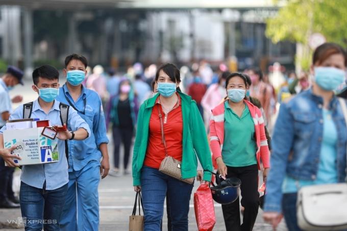 Công nhân Công ty Giày da Huê Phong (quận Gò Vấp) ra về sau ngày làm việc. Do ảnh hưởng của dịch Covid-19, Công ty buộc phải cho hơn 5.000 công nhân nghỉ việc, hiện chỉ còn 200 người làm việc. Ảnh: Hữu Khoa