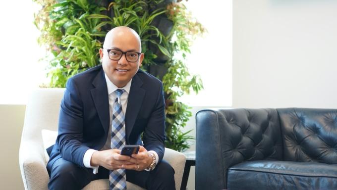 Doanh nhân Long Dương hiện là Phó tổng giám đốc văn phòng Houston General Office thuộc Tập đoàn New York Life tại Houston, Mỹ