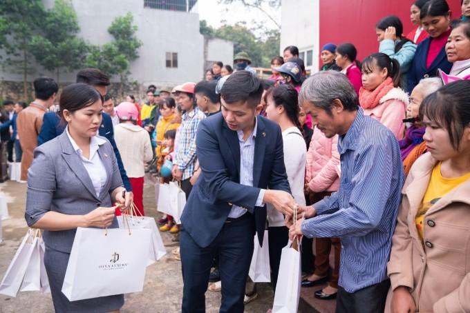 Anh Lê Thế Hai trao quà tết cho bà con khó khăn tại Ngọc Lặc, Thanh Hóa vào năm 2020.