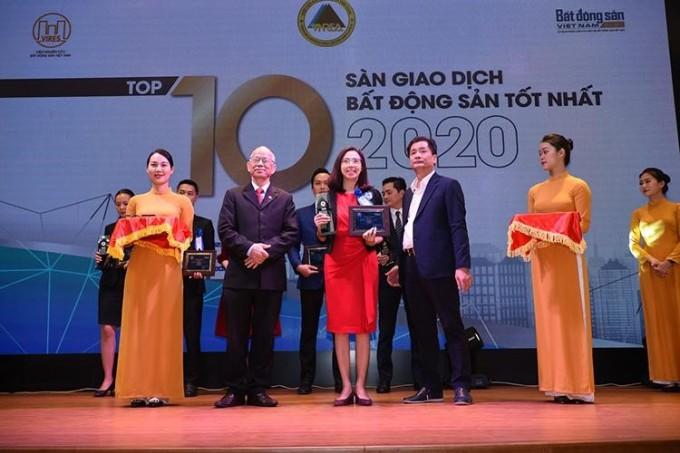 Đại diện Rever (vị trí?) nhận giải thưởng Top 10 sàn giao dịch bất động sản tốt nhất 2020.
