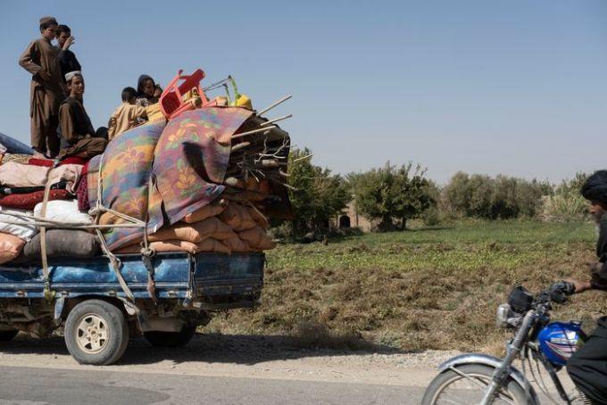 Gia đình 15 người của Niamatullah trong cuộc di cư khỏi Kajaki, Afghanistan vào tháng trước. Ảnh: WSJ.