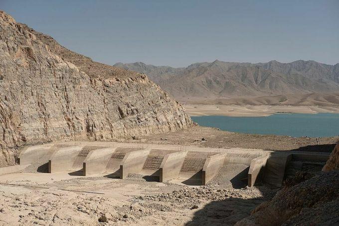 Mực nước thấp tại công trình xây dựng đập Kajaki ở tỉnh Helmand khiến sản lượng điện ít hơn nhiều so với công suất. Ảnh: WSJ